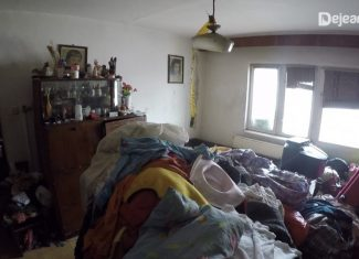 În plan îndepărtat patul în care a fost găsit copilul. Sursa foto dejeanul.ro