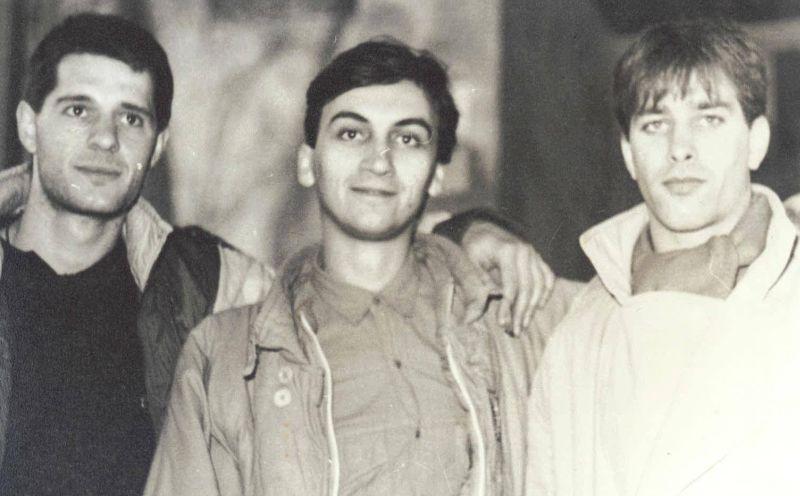 Kostas (centru) împreună cu Mihai Sinevici (stânga) și Daniel Constantinescu (dreapta)
