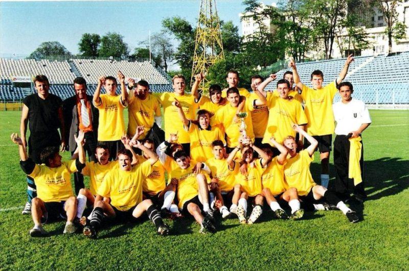 """""""U"""", campioană națională la juniori în 2002. Andrei Mureșan (sus, dreapta) și generația de fotbaliști crescută de Mircea Cojocaru"""