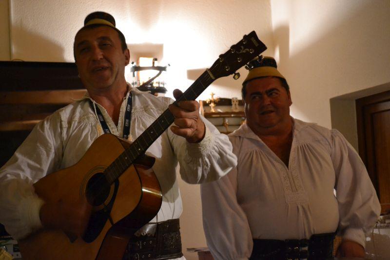 Ceterașii maramureșeni îi întâmpină pe turiști cu cântări locale