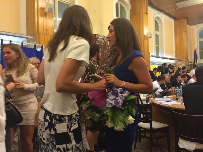 Cele mai multe flori le-a primit Loredana Pop, aum avocată, fostul purtător de cuvânt al PDL