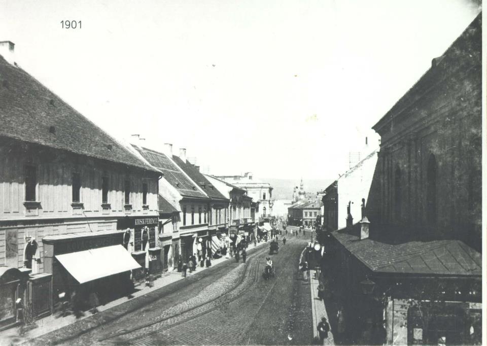 Aceasta e strada Regele Ferdinand, fostă Podului, unde hotelul funcționează încă din secolul XIX